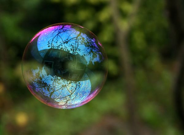 800px-Reflection_in_a_soap_bubble_edit